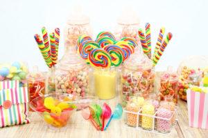 Candy buffet in stile party planner abbinato per tema e colori con dolciumi, contenitori, accessori