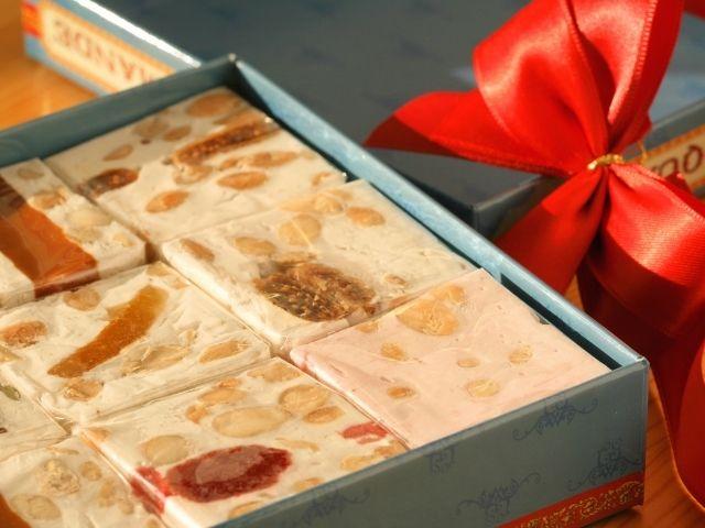Il torrone come regalo di Natale selezione di torroni in confezione regalo