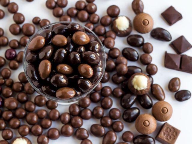 selezione dragees al cioccolato nelle versioni al latte bianco e fondente