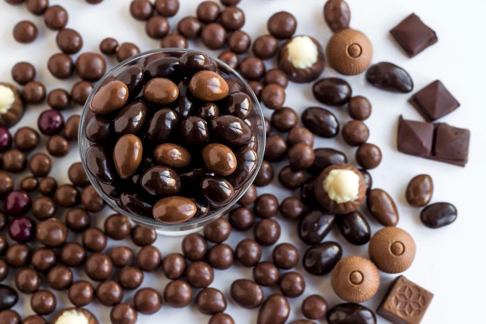 Selezione di dragees al cioccolato per confettate e bomboniere